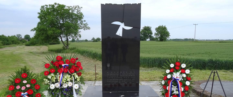 spomen-obilježje-stradalnicima-domovinskog-rata-mikluševci-01